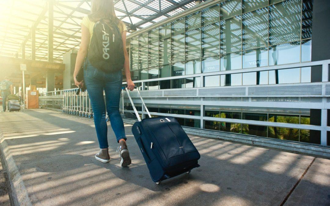 femme dans le hall de l'aéroport accompagner par un service navette aéroport
