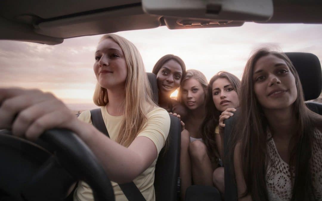 groupe de fille en voiture qui ont voyager en groupes