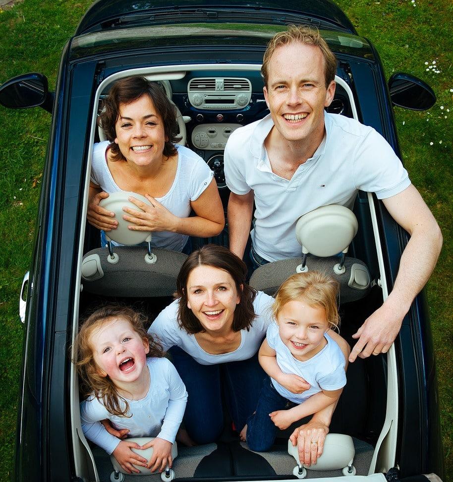 une famille utilisant en vacance le service de navette aéroport pour les groupes et familles