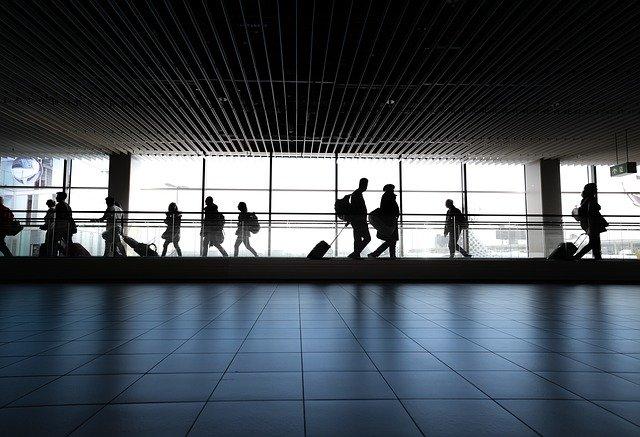 personnes dans le hall de l'aéroport