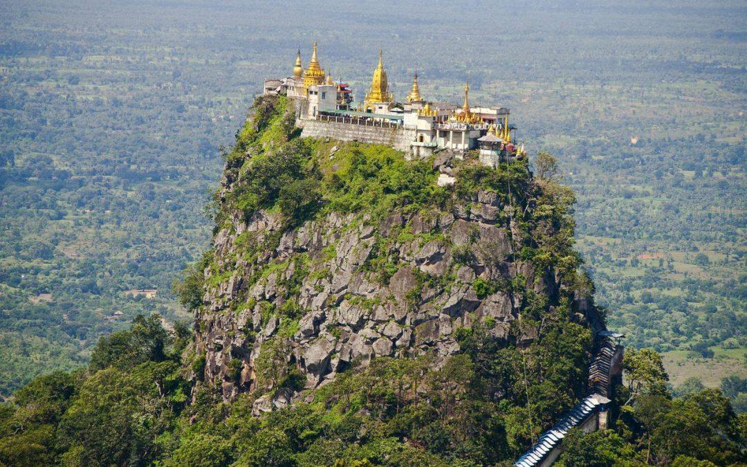 temple perhcer au dessus d'une montagne en birmanie